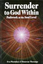 Surrender to God Within - Eva Pierrakos, Donovan Thesenga (ISBN 9780961477752)